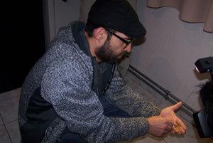 Mikuláš, jeden z nálezcov, drží v ruke niekoľko míncí z pokladu.
