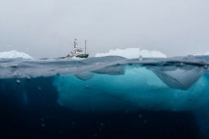 Loď organizácie Greenpeace Arctic Sunrise počas expedície v Antarktíde.