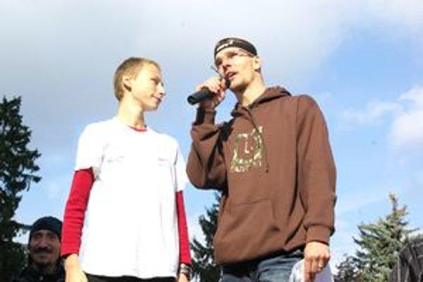 Tomáš Čelko (vpravo) je aj organizátorom pretekov Žilinské veže - Beh do neba.