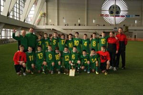 Mladí futbalisti MŠK s trofejou na halovom turnaji v Petrohrade.