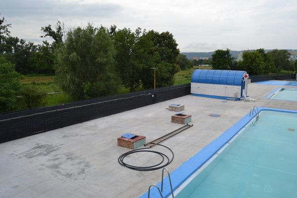 Rekonštrukciou postupne prechádza i podlaha pri bazénoch.