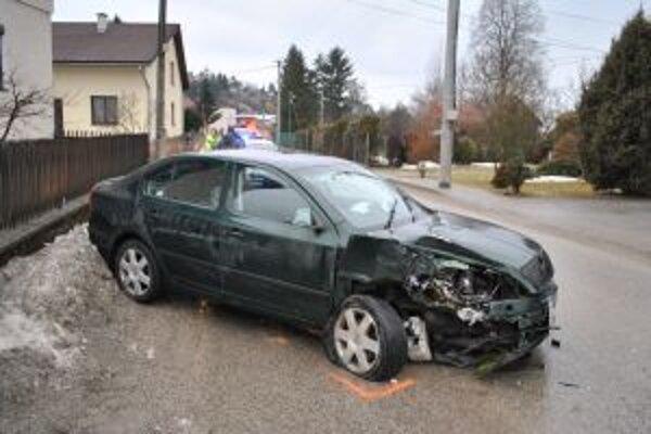 Takto skončilo auto 23 ročného mladíka, ktorý sa pred jazdou posilnil väčšou dávkou alkoholu.