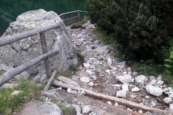 Poškodený chodník.