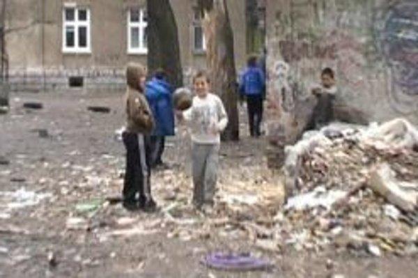 Bratislavská ulica v Žiline. Rómska komunita žila zaplavená v odpadkoch