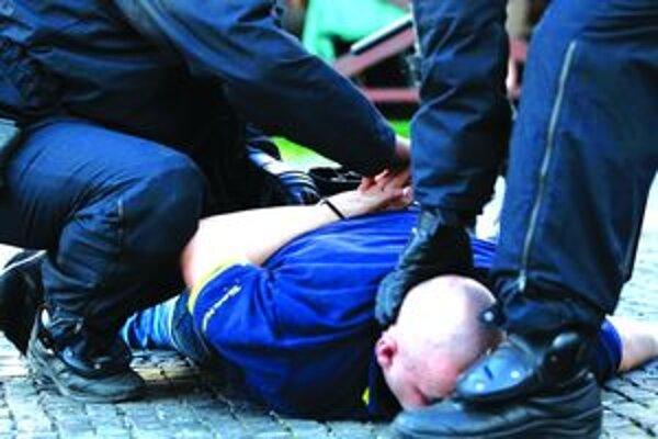 Útoky policajtov nie sú vždy oprávnené. Nejeden policajt preto skončil pred súdom.