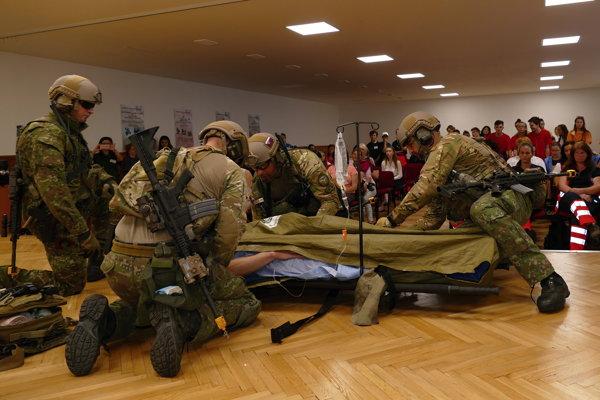 Simulovaný teroristický útok počas Celoslovenskej súťaže prvej pomoci, ktorá prebiehala na Strednej zdravotníckej škole v Žiline.