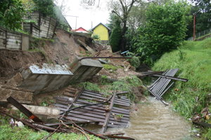 Krompachy - múr, plot aj tuje skončili v potoku