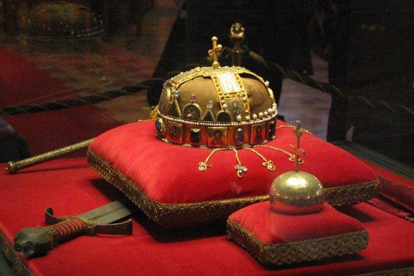 Najcennejšia spomedzi uhorských korunovačných insígnií je koruna. Jej zaujímavosťou je šikmo naklonený krížik na vrchole.