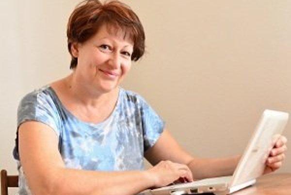 Ľubica Mišíková pri práci za počítačom.