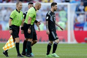 Lionel Messi (vpravo) odchádza od rozhodcov zápasu.
