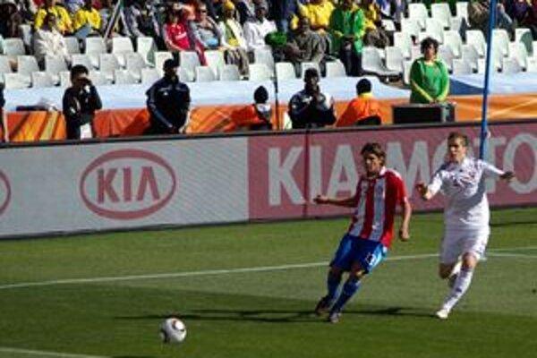 Peter Pekarík (vpravo) v akcii počas zápasu s Paraguajom.