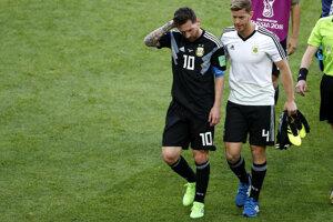 Sklamaný Lionel Messi (vľavo) schádza z ihriska po zápase.