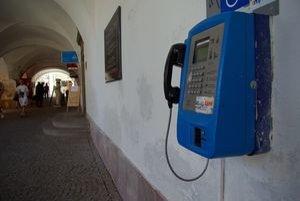Verejný kartový telefónny automat pod laubňami na Mariánskom námestí.