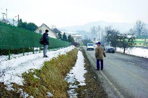 Nebezpečná cesta v Bytčici. Chodci okolo nej takto chodia v zime.