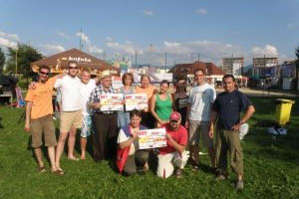 Súčasní členovaia tímu MY Žilinských novín a priatelia, ktorí nám pomohli oslavu zrealizovať.