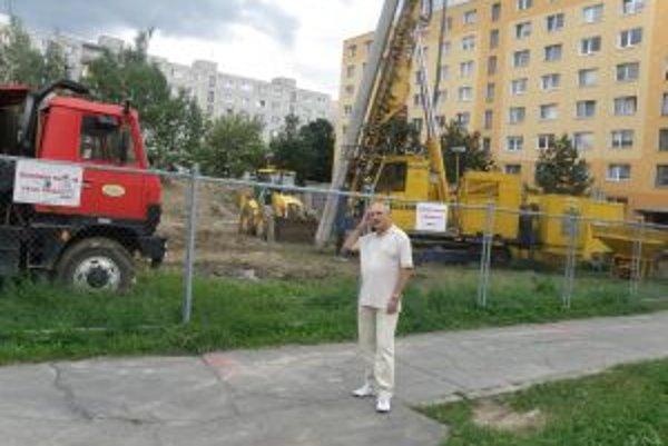 Stavebné mechanizmy sú už na Nitrianskej. Poslanec Jozef Gajdošík chce aspoň zmenšiť rozsah objektu.