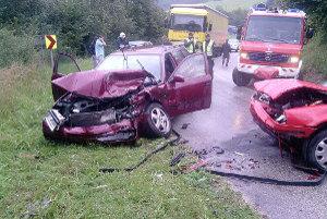 Dve autá sa v ostrej zákrute čelne zrazili.