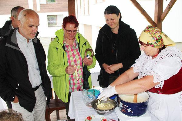 Dvaja členovia medzinárodnej hodnotiacej komisie (na foto zľava) sa oboznámili stradíciami Oravskej Polhory.