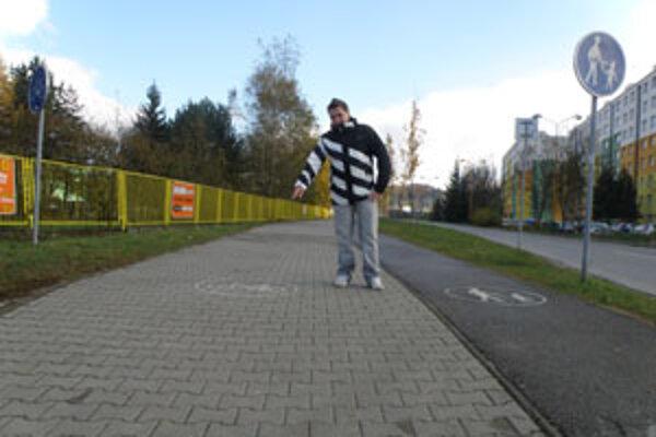 Peter Gaduš hovorí, že chodník je zle označený. Širší by mal byť pre chodcov.