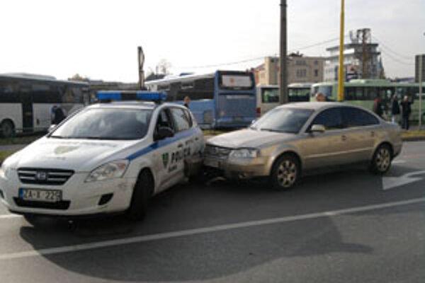 Uniknúť vodičovi zabránilo policajné auto.
