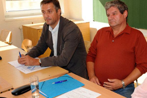 Predseda odborového zväzu OZ KOVO Emil Machyna (vľavo) a podpredseda OZ KOVO Anton Mifka ešte na stretnutí v septembri.