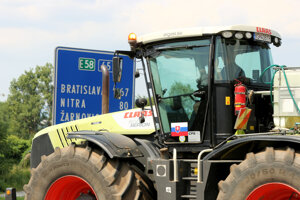 Kolóna strojov s transparentmi počas protestnej jazdy farmárov na traktoroch prechádza cez obec Ladomerská Vieska v okrese Žiar nad Hronom. Farmári na traktoroch vyrazili na protestnú jazdu z východu Slovenska do Bratislavy a protestujú za lepšie podmienky v poľnohospodárstve.