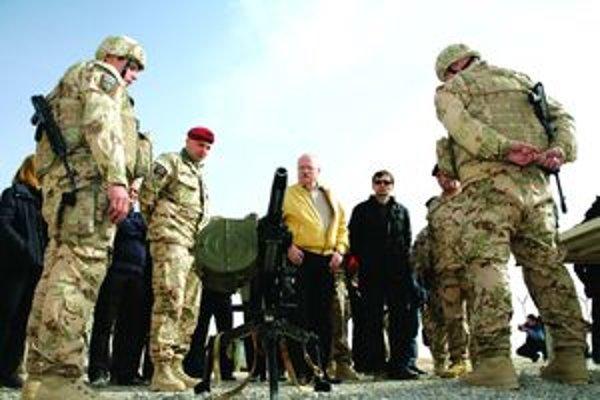 Podplukovník Peter Švrlo (v červenej baretke) prezentuje prezidentovi výzbroj slovenských vojakov v ISAF.