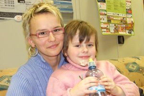 Renáta Hmírová s dcérkou.