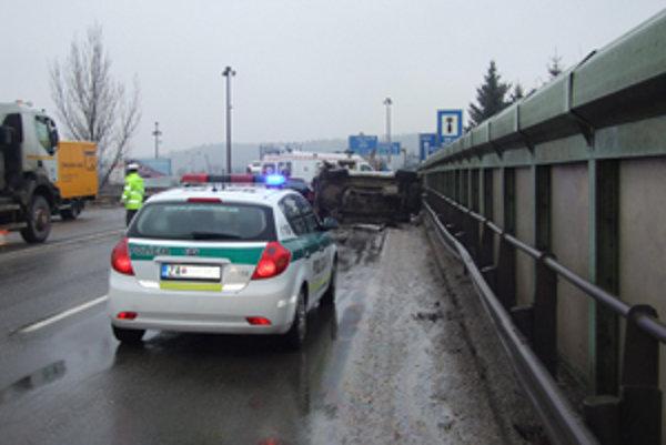 Auto sa po zrážke prevrátilo. Vodička vyviazla s ľahšími zraneniami.
