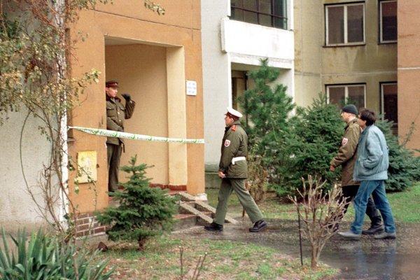 Jána Duckého zavraždili 11. januára 1999 popoludní v priestoroch vstupnej chodby v bytovom dome na Bajzovej ulici v Bratislave, prípad dodnes nie je uzatvorený. Na archívnej snímke vchod strážia policajti po nájdení tela.
