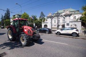Traktor pred Úradom vlády.