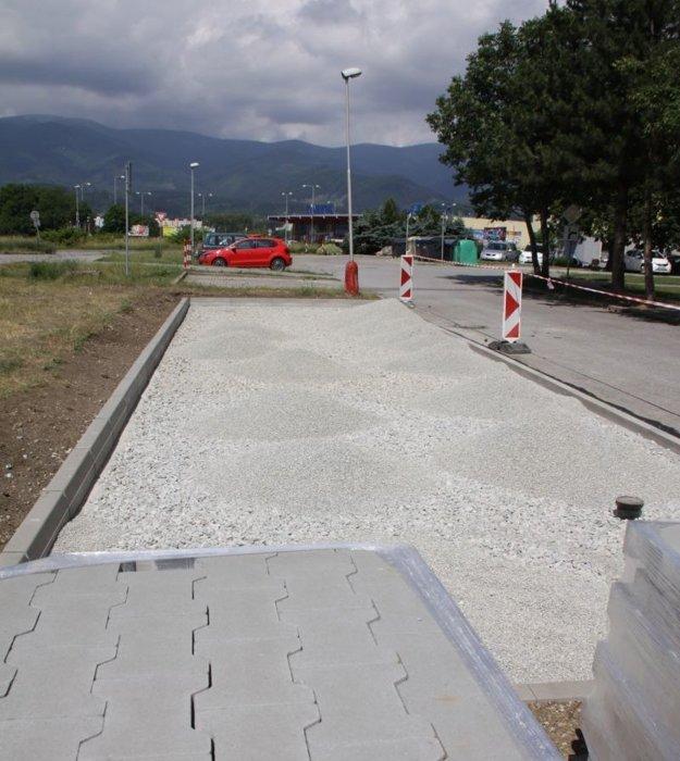 V Košútoch budujú nové parkovacie miesta.