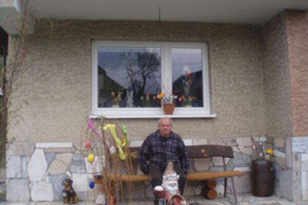 Ján Macho a jeho vyzdobený dom a záhrada.