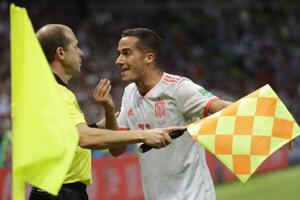 Lucas Vázquez diskutuje s asistentom rozhodcu.