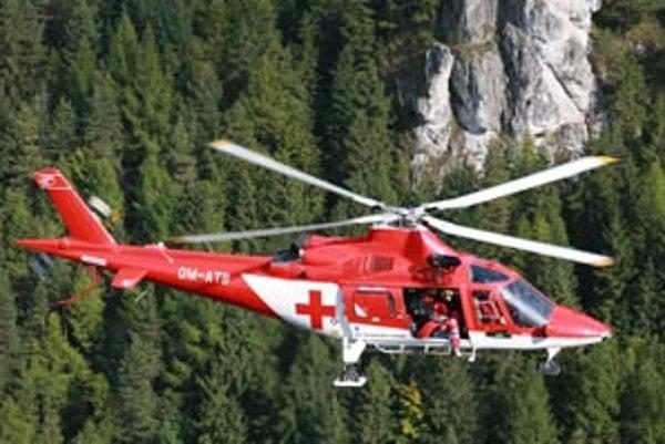Dobodanú ženu previezli záchranári vrtuľníkom do nemocnice.