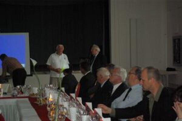 Rytier vína František Slezák (vľavo) sa na pozvanie predsedu žilinskej komturej Ladislava Čierneho, zúčastnil Vinárskeho minima, ktoré organizuje Európsky ryriersky rád vína.