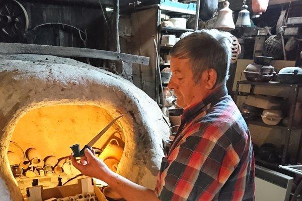 Fajka sa skladá z dvoch častí - z hlinenej hlavičky a dreveného náustku.