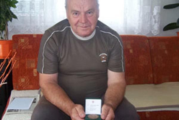 Stonásobný darca krvi Vladimír Kondrk s medailou Jána Kňazovického.