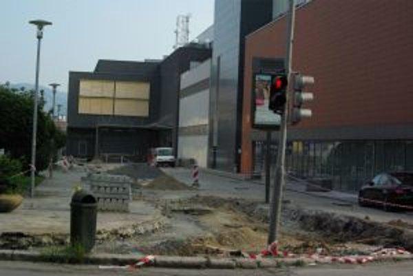Minulý týždeň začali opravovať cestu popred hotel Slovakia. Tento týždeň bude uzavretá ulica R. Zaymusa.