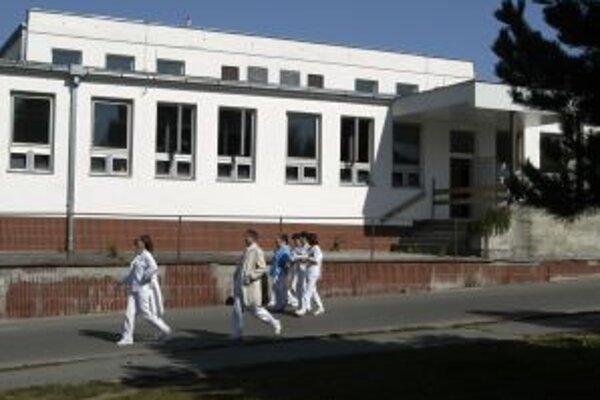 Nemocnica od júna funguje bez piatich oddelení. Vedeniu mesta sa to nepáči.