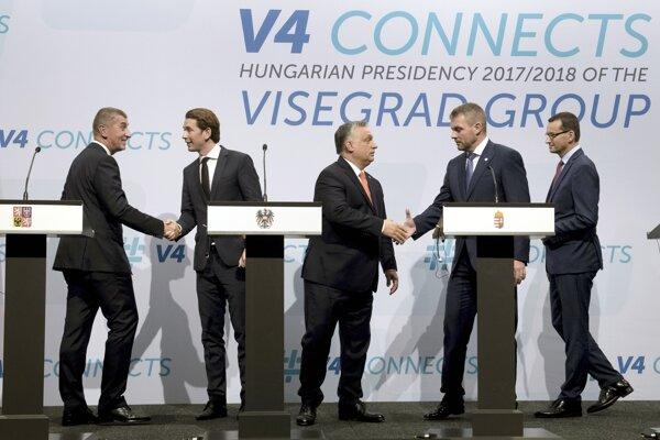 Vľavo český premiér Andrej Babiš, v strede maďarský premiér Viktor Orbán, druhý sprava slovenský premiér Peter Pellegrini a vpravo poľský premiér Mateusz Morawiecki. Druhý vľavo je rakúsky kancelár Sebastian Kurz.