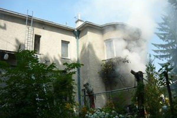Na Veľkej Okružnej horel rodinný dom.