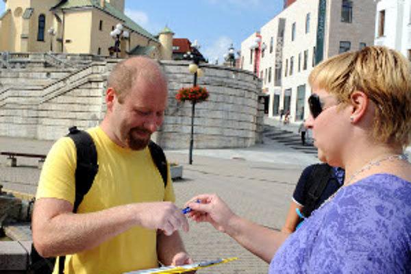 Aj v Žiline vyšli do ulíc 1.septembra 2011 učitelia zbierať podpisy pod petíciu, ktorou chcú osloviť vládu, aby im zlepšila platy, umožnila ísť skôr do dôchodku a prehodnotila kreditný systém.