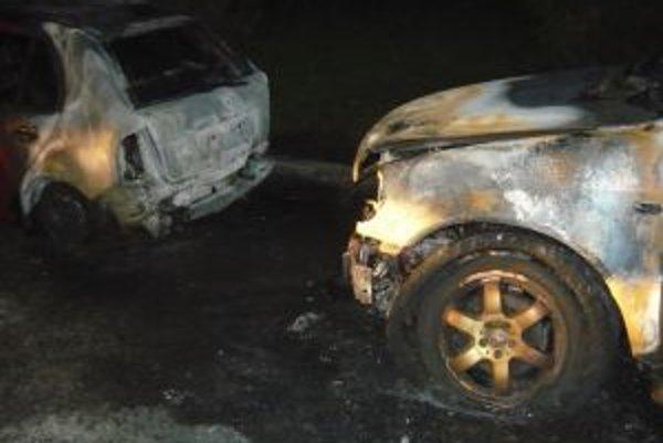 Prvé auto, pravdepodobne, niekto podpálil. Druhé sa chytilo tiež.