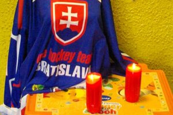 V podchode horia sviečky na pamiatku Pavla Demitru.