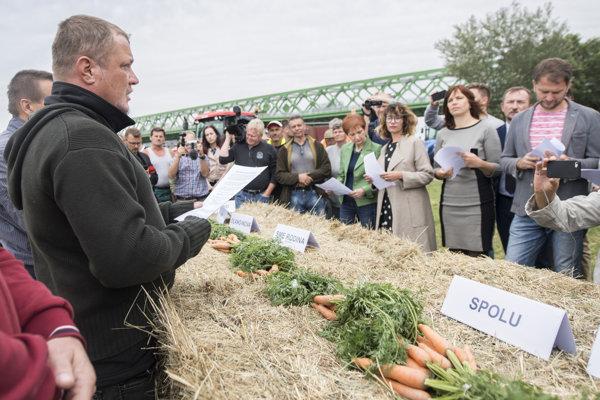 """Protestujúci farmári zvolali """"okrúhly stôl""""."""