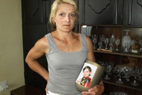 Edita Babjaková s urnou. Minulý piatok sa zrejme s bývalým manželom dohodla.