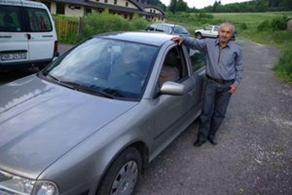 Dušan Pinčík a auto, ktoré kúpil bez súhlasu poslancov.