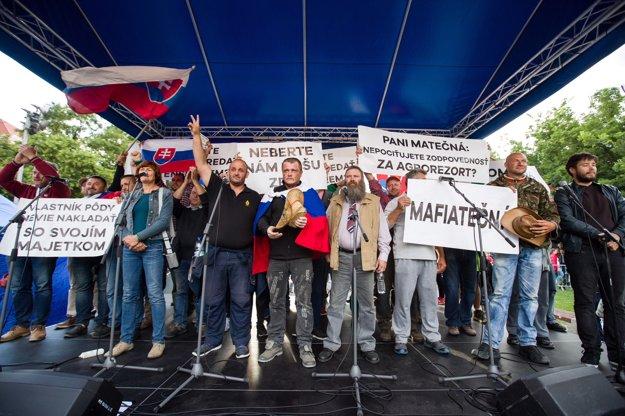 Na protest prišli aj farmári, ľudia im vyjadrujú podporu.
