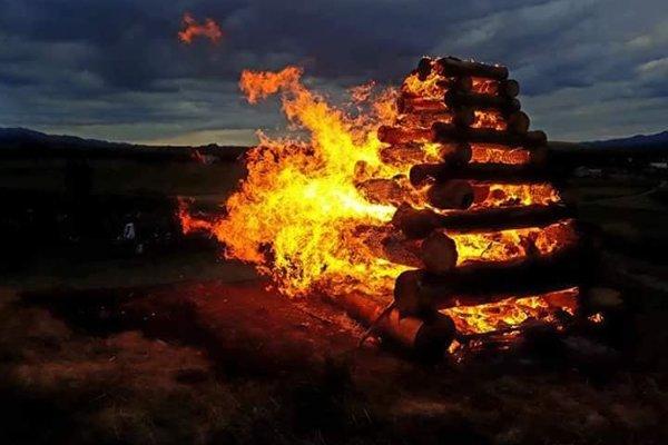 Takto sa v piatok večer rozhorela Jánska vatra v Žabokrekoch.